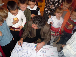 Iulian Filip printre copiii din Ungheni