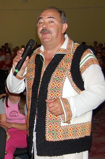 Nicolae Paliţ în faţa spectatorilor din satul Pîrliţa, Ungheni. Anul 2011.