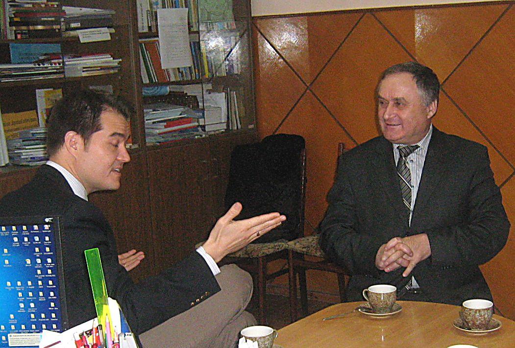 Evan Tracz la o discuţie cu vicepreședintele raionului, Vasile Timofti.