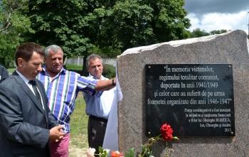 Fraţii Bobeică, Ion, Andrei şi Gheorghe, dezvelesc piatra comemorativă