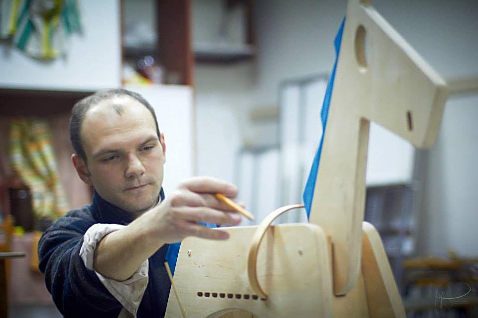 Mihai Stamati meşterind jucăriile sale
