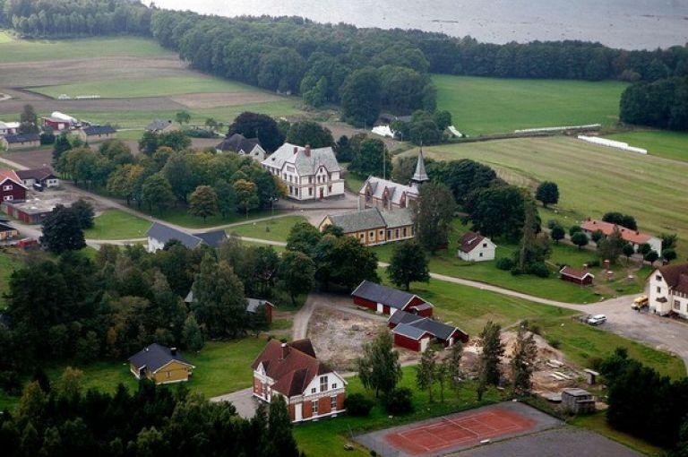 În fotografie: Închisoarea Bastoy, văzută de la înălţime: terenuri agricole, pădure și 80 de clădiri. Sursă: victorkapra.ro