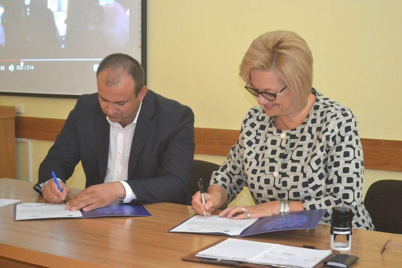 Momentul semnării Acordului de cooperare între Consiliul raional Ungheni și Asociația Națională de Turism Rural, Ecologic și Cultural din Moldova. Semnatari: Alexandru Bânză și Svetlana Lazăr