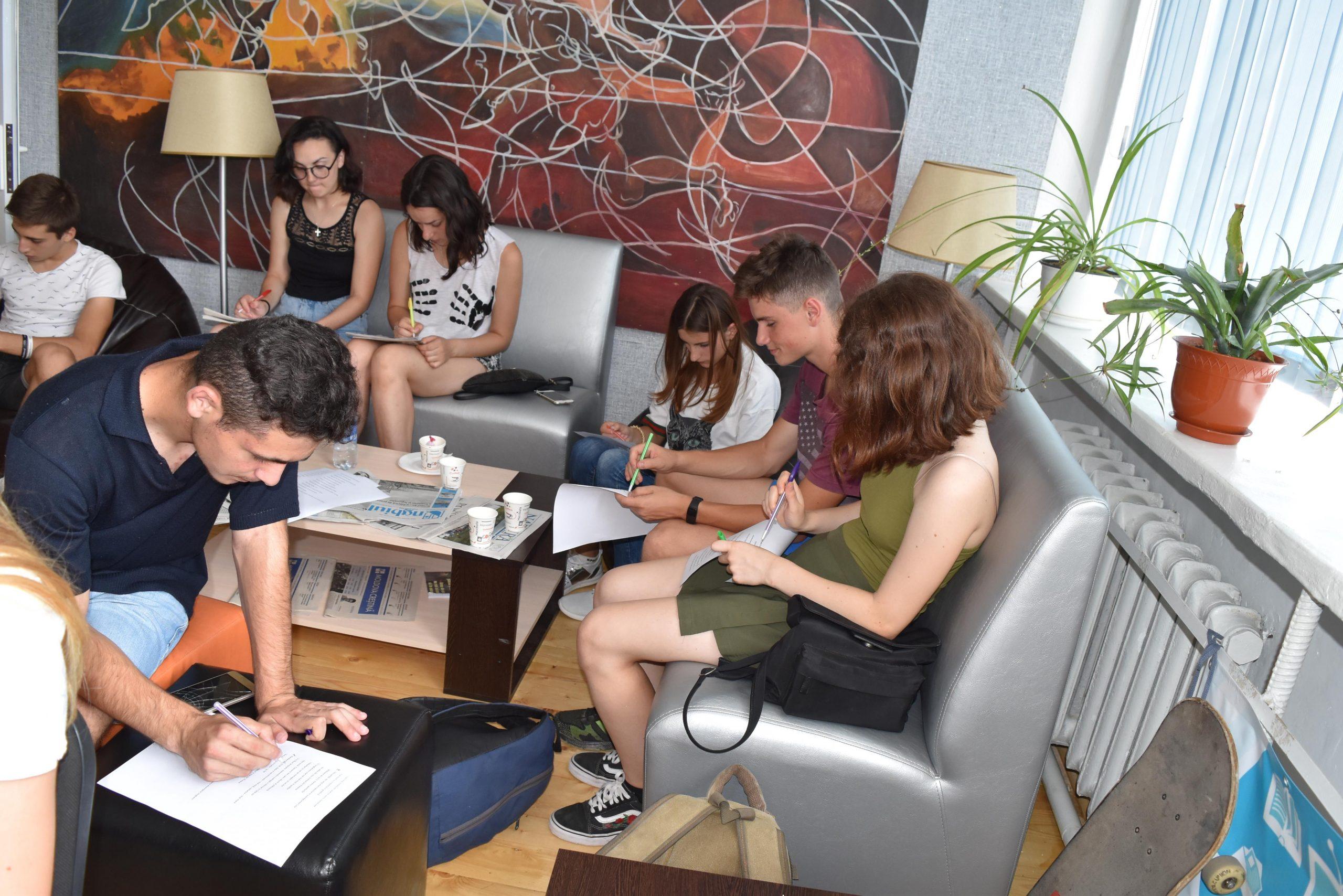 Tineri ungheneni, participanți la sondaj