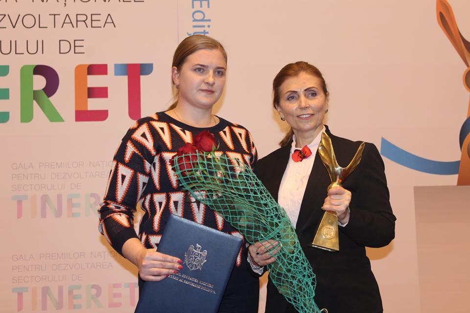 Daniela Dîrzu, coorodonator proiecte (în stânga) și Angela Ciocîrlan, directoarea Centrului de Resurse pentru Tineret Ungheni cu trofeul
